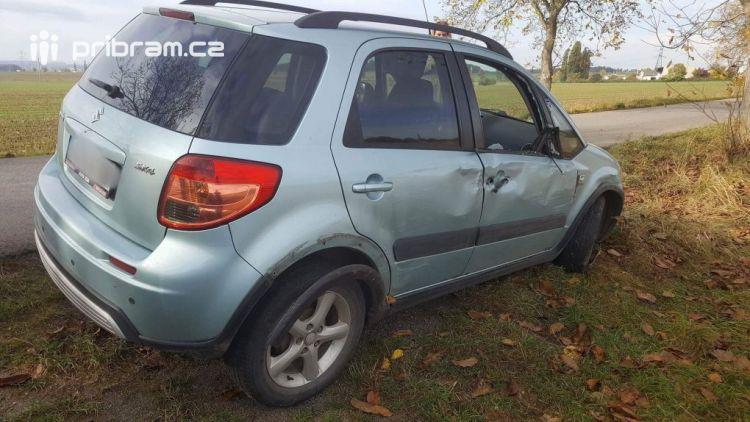 Právě teď: U Chraštiček narazilo auto do stromu