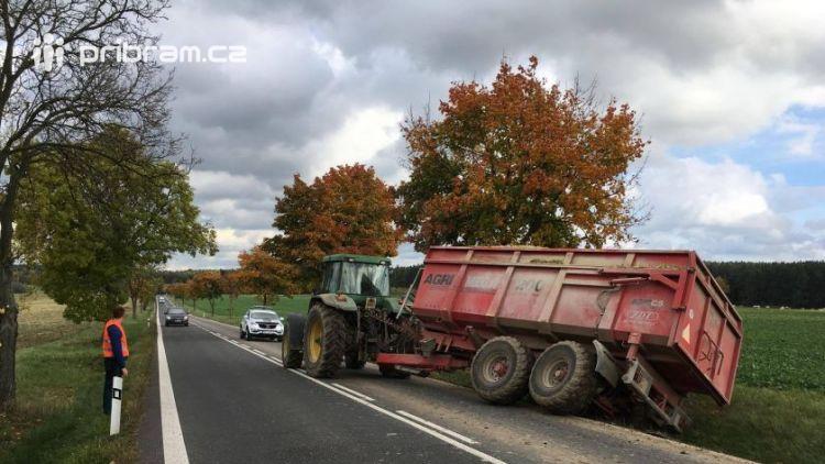 Právě teď: Traktor s vlekem mimo komunikaci blokuje jízdní pruh u Lázu