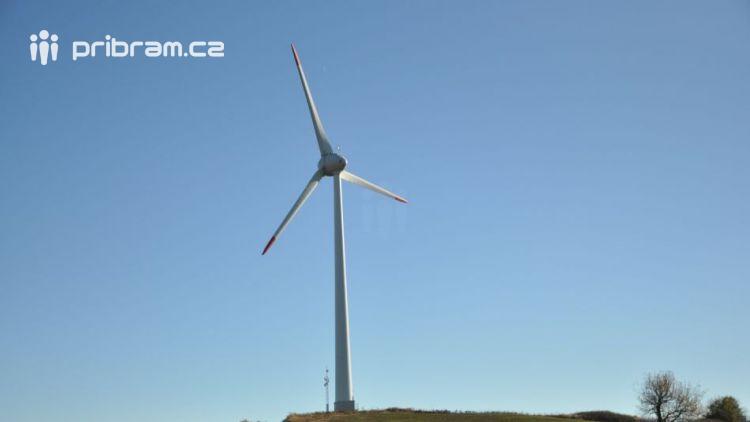 Víte, že na hranici Plzeňského kraje a Příbramska stojí větrná elektrárna?