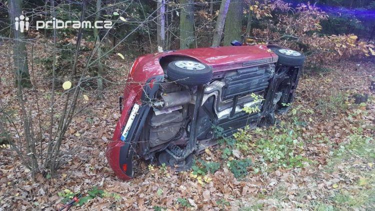 Aktuálně: Řidička nezvládla průjezd pravotočivou zatáčkou, skončila s vozem mimo komunikaci