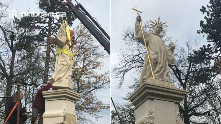 Opravená socha sv. Leonarda v Dobříši už stojí opět na svém místě