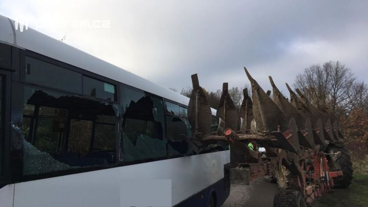 U Hořejan došlo k nehodě autobusu s traktorem