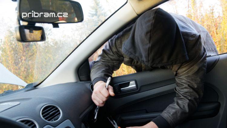 Zloději se zaměřili na zaparkovaná auta