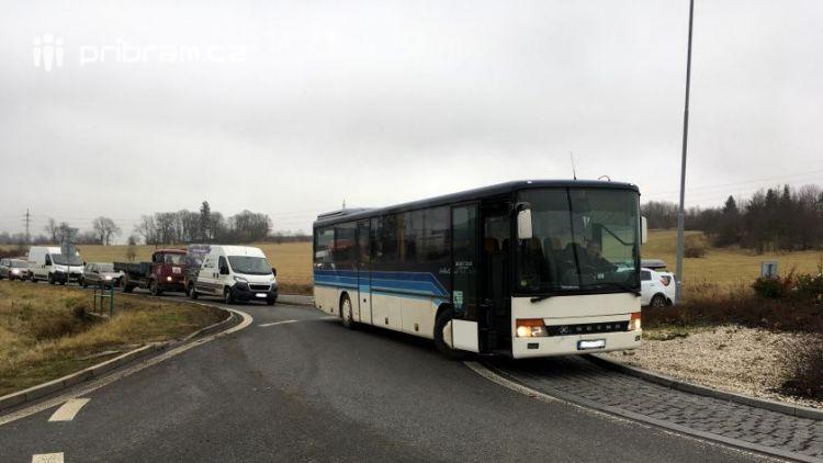 Došlo ke střetu autobusu a osobního auta, na místě se tvoří kolony