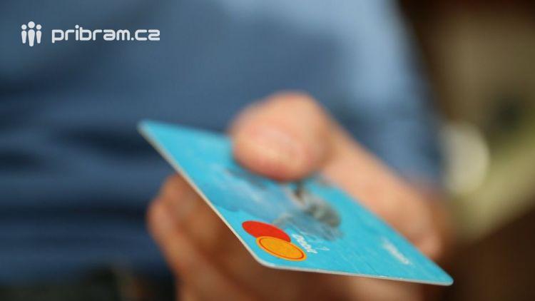 Přestaneme platit za platbu kartou?