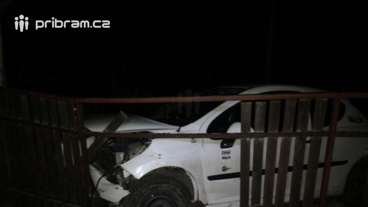 Právě teď: Řidička vylétla mimo komunikaci a zastavila svůj vůz až o plot