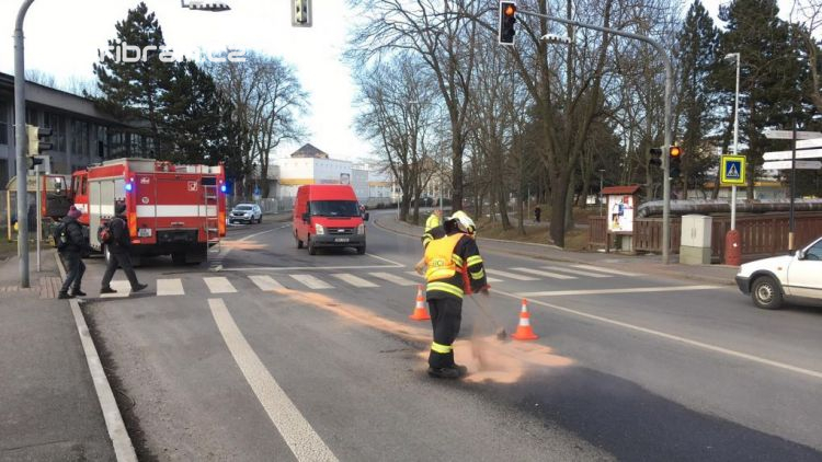 Opatrně v centru, hasiči pracují na likvidaci znečištění komunikace