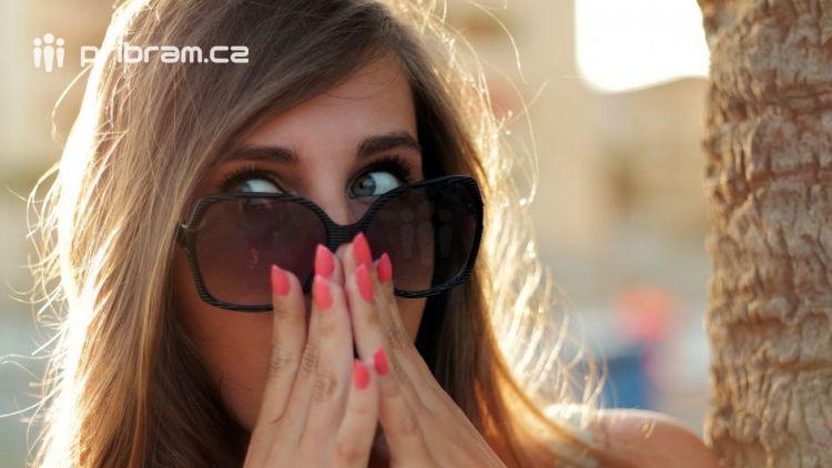 Asi jí vadilo jarní sluníčko, proto kradla v obchodě brýle