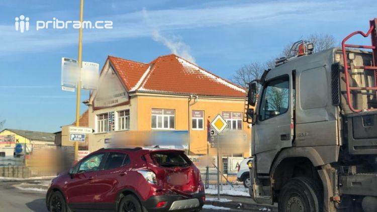 AKTUÁLNĚ: Nehoda komplikuje průjezd na kruhovém objezdu!