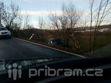 Passat skončil mimo silnici, po řidiči pátrá policie
