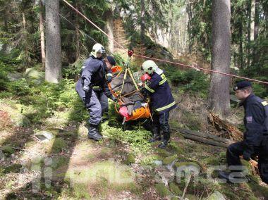 Šedesát hasičů a policistů hledalo čtyři lidi v Brdech. Naštěstí jen cvičeně