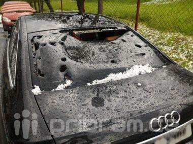 Foto dne: Přes Milín se přehnaly kroupy, zničily několik aut