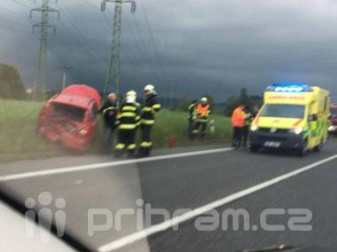 Vážná nehoda u Milína. Posádka skončila s poraněním hlavy