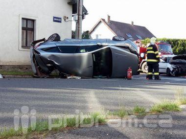 Těžko k uvěření: Po nehodě na křižovatce skončil vůz na boku