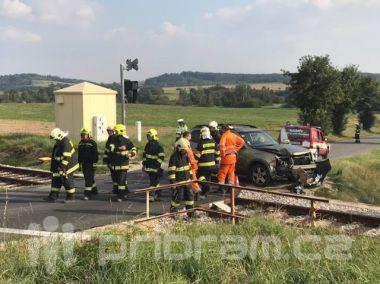 Další vážná nehoda u Březnice. Na železničním přejezdu se srazil vůz s drezínou