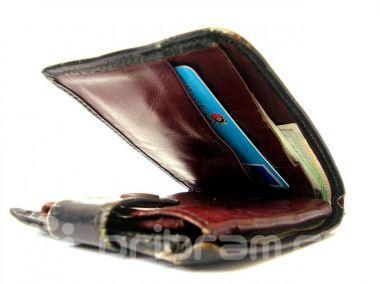 Žena nevrátila cizí kabelku, používala i platební kartu