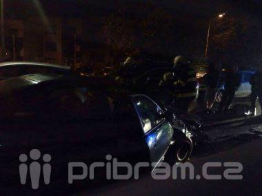 Opilý mladík narazil do zaparkovaných vozů v Milínské ulici