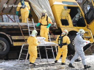 Havárie nákladního auta s nebezpečnými látkami zaměstnala hasiče od rána do večera