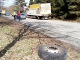 Na objízdné trase upadla nákladnímu vozu kola