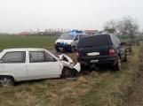Řidička se lekla a vyjela mimo silnici, kde nabourala do stojícího auta