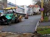 Plzeňská ulice dostává již nový asfaltový koberec