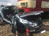 Právě teď: Střet vlaku s osobním vozem si vyžádal lidský život