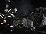 PRÁVĚ TEĎ: V obci Vranovice likvidují hasiči požár auta