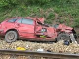 Aktuálně: Na železničním přejezdu vjelo vozidlo pod projíždějící vlak, v místě přistává vrtulník