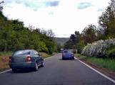 VIDEO Z PALUBNÍ KAMERY: Šílený řidič unikl jen o vlásek vlastní smrti!