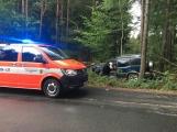Právě teď: Osobní vůz na mokré vozovce skončil mimo komunikaci.  Řidiče transportují na urgentní příjem do nemocnice