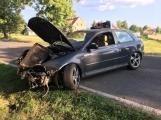 Aktuálně: Řidič čelním nárazem o strom zdemoloval Audi, posádka vozidla je v péči záchranářů