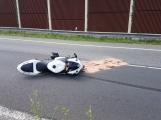 Aktuálně: Motorkář na dálnici D4 havaroval do svodidel. Se spolujezdcem přeletěli do opačného pruhu, na místo letí vrtulník LZS