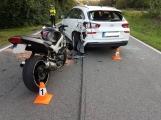 Nehoda motorkáře s osobním autem právě zaměstnává hlavní složky IZS, při střetu došlo ke zranění