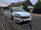 Nehoda dvou osobních vozidel omezuje průjezd křižovatkou, jeden z účastníků byl zraněn
