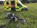 Aktuálně: Řidič motorky nezvládl průjezd zatáčkou a vylétl mimo komunikaci. Na místo míří záchranářský vrtulník