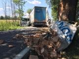 Aktuálně: Nákladní vůz převážející stavební materiál vytlačil dodávku do příkopu