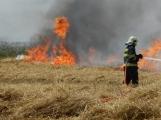 Boj s ohnivým živlem krok za krokem. Hasiči zdolávají požár pole u Horčápska.