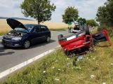 Aktuálně: Po čelním střetu dvou vozidel skončilo jedno mimo komunikaci na střeše