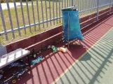 Hřiště u základní školy v ulici Bratří Čapků se pomalu mění ve skládku odpadu