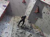Dobrovolní hasiči cvičili na lezecké stěně v Praze