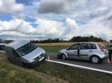 Ke střetu nákladního auta a dvou osobních došlo u obce Počaply