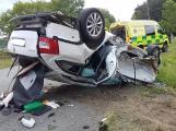 AKTUÁLNĚ: Po vážné dopravní nehodě zaklíněného řidiče z auta vyprošťují hasiči