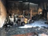 On-line: Na místě požáru výrobní haly Ravak stále zasahují hasiči