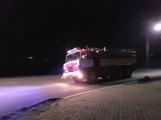 Boj s ohněm odpoledne neskončil. Hasiči byli nuceni znovu vyjet k požáru ve firmě Ravak