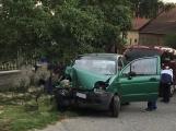 Auto skončilo ve vratech rodinného domu, na místě jsou zraněné osoby
