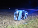 Aktuálně: Na Strakonické vylétlo osobní auto mimo komunikaci, skončilo na boku v poli