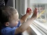 Dítě stojící na parapetu ve třetím patře vyděsilo obyvatele sídliště