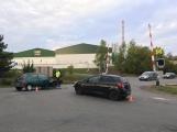 AKTUÁLNĚ: Střet dvou osobních vozidel zablokoval provoz poblíž železničního přejezdu