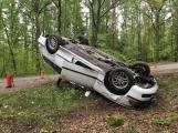 Aktuálně: Nárazem do stromu a přetočeným vozidlem na střechu ukončil řidič jízdu na Příbramsku
