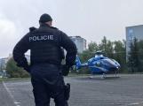 Vrtulník odlétá se žákem ZŠ Školní, zraněném při pádu z výšky